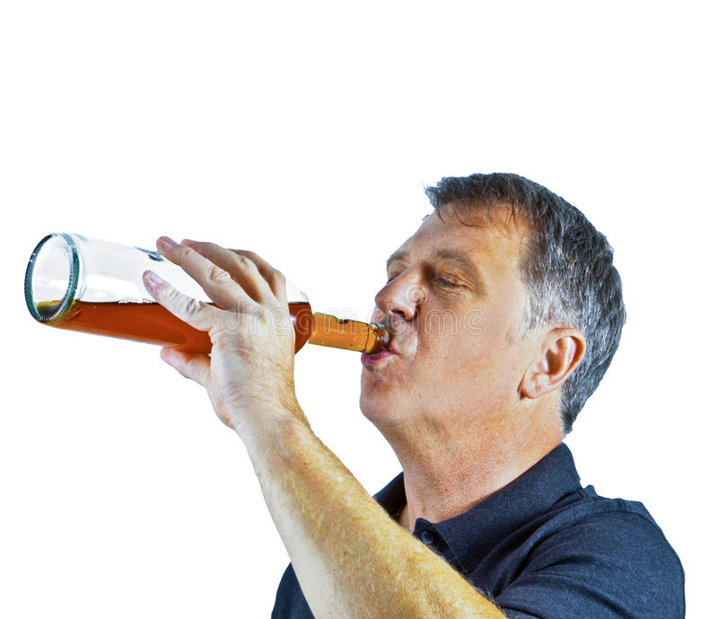 Alcohol de consumición del hombre hacia fuera foto de archivo