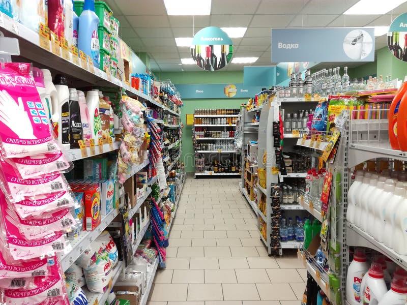 Alcohol in de supermarkt Pyaterochka ??n van de grootste detailhandelaars in Rusland stock fotografie