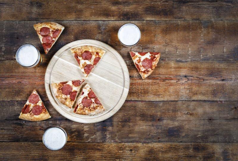 Alcohol, pizza, cerveza, salchichones, gastronomía, cocina, deliciosa, bebida, estilo rústico Copie el espacio imagen de archivo libre de regalías