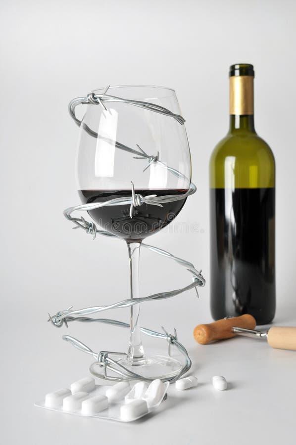Alcohol y píldoras imágenes de archivo libres de regalías
