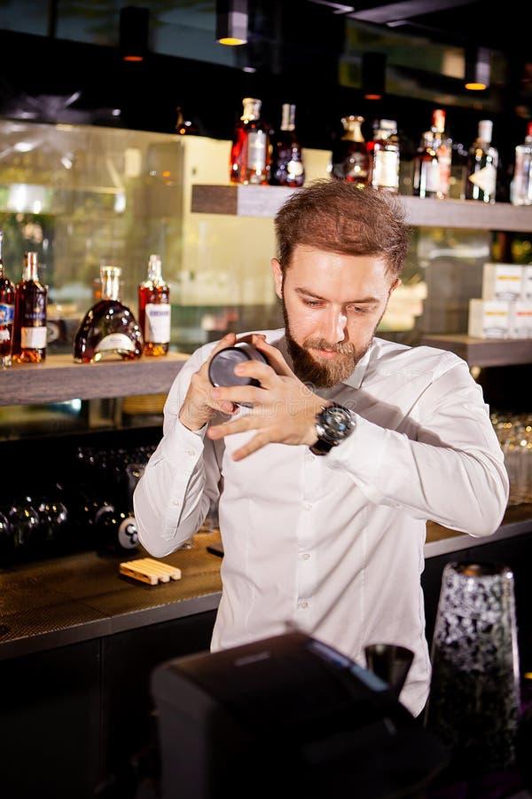 Alcoholcocktail op de bar De barman bereidt een alcoholische cocktail voor royalty-vrije stock foto