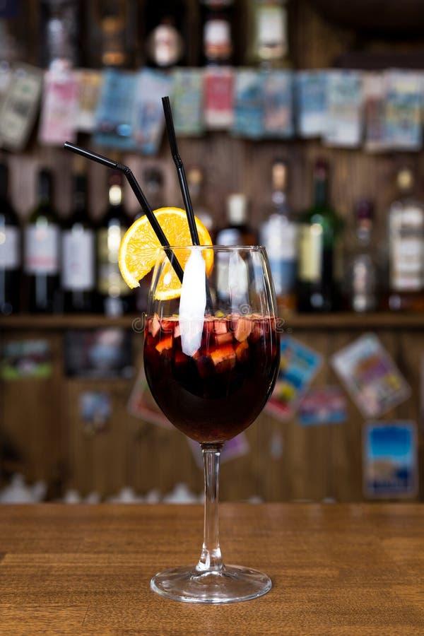 Alcoholcocktail op houten bar met barachtergrond stock fotografie