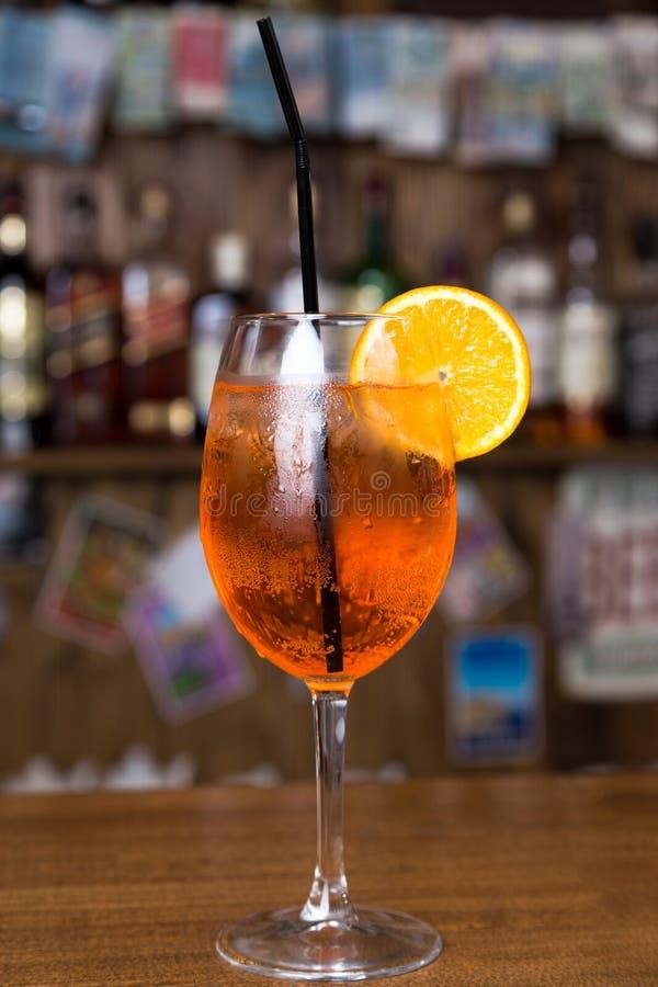 Alcoholcocktail op houten bar met barachtergrond royalty-vrije stock foto