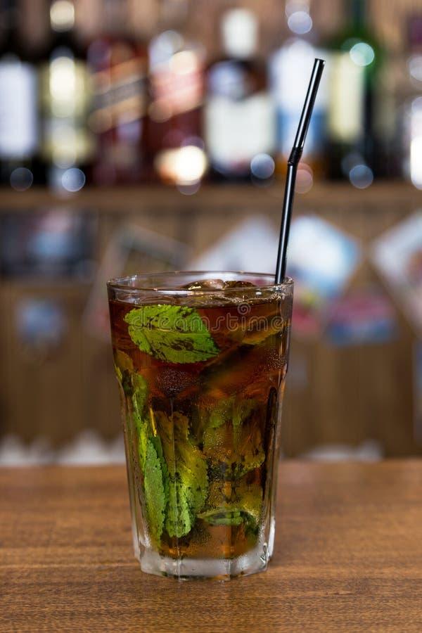 Alcoholcocktail op houten bar met barachtergrond royalty-vrije stock afbeeldingen