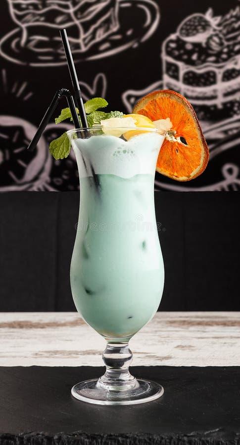 Alcoholische cocktail Blauwe Lagune op een houten lijst royalty-vrije stock fotografie