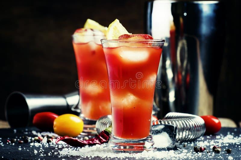 Alcoholische cocktail bloedig Joseph met citroen en tomatesap, ic stock afbeelding
