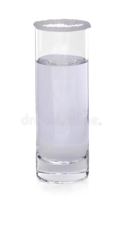 Alcoholische cocktail in geschoten glas De zomer drinksGlass van water op een witte achtergrond Maak, koude, mineraalwater schoon royalty-vrije stock foto