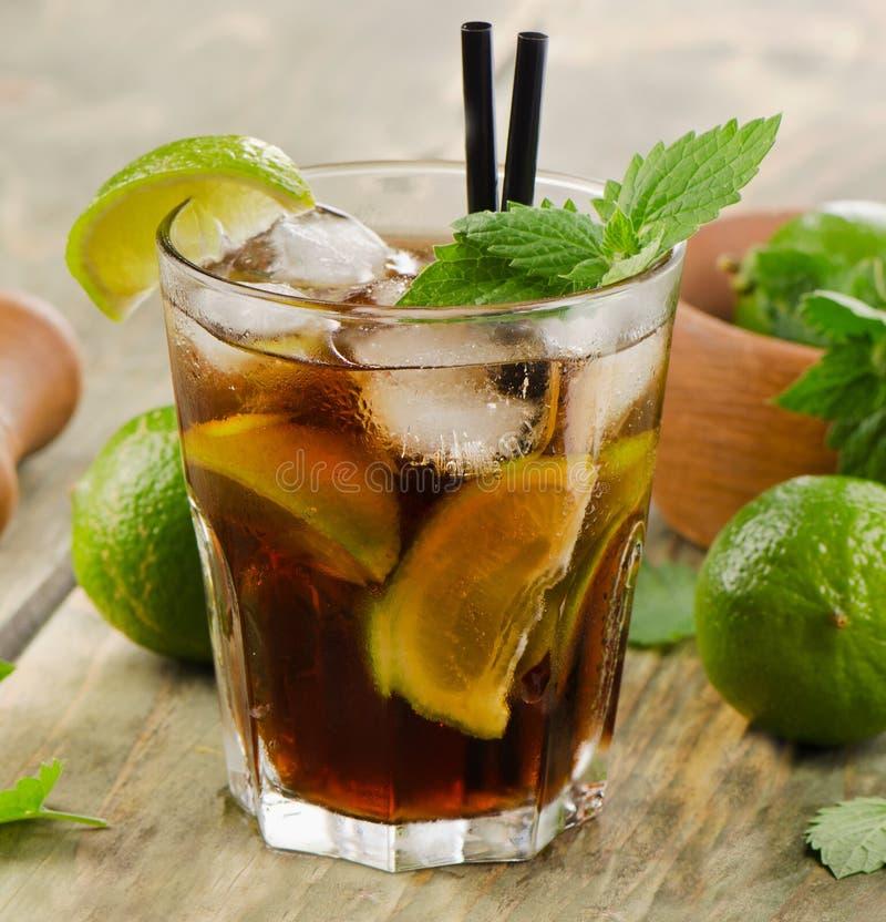 Alcoholische cocktail met kalk royalty-vrije stock afbeeldingen