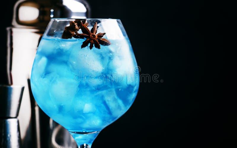 Alcoholische cocktail met sambuca, likeur, citroensap, verpletterde I royalty-vrije stock foto's