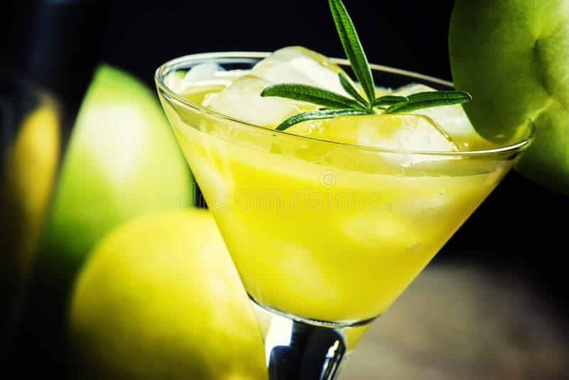 Alcoholische cocktailappel martini, met droge vermouth, stroop, lemo royalty-vrije stock foto