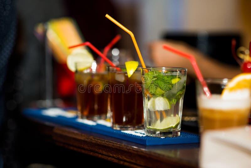 Alcoholische cocktails op een bar royalty-vrije stock foto's