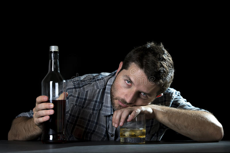 Alcoholische die verslaafdenmens met whiskyglas wordt gedronken in alcoholismeconcept stock afbeeldingen