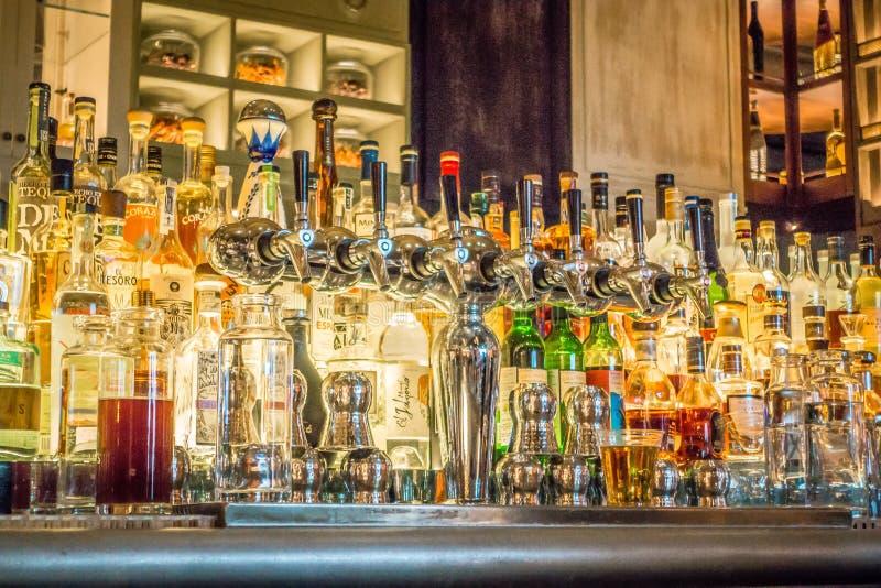 Alcoholische drank op planken bij de bar royalty-vrije stock afbeelding