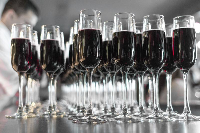 Alcoholische dranken bij een feestelijke partij stock afbeelding