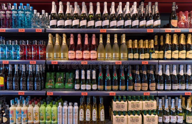 Alcoholische dranken bij supermarkt royalty-vrije stock foto