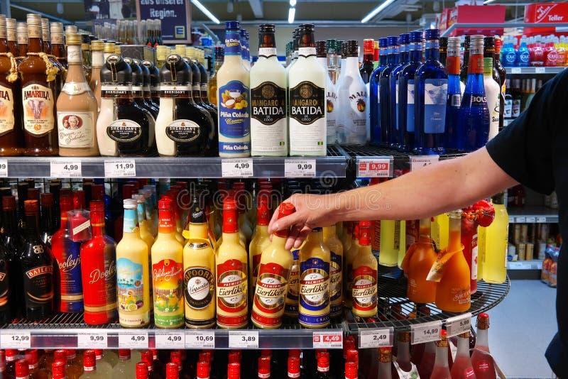 Alcoholische dranken in een supermarkt stock fotografie