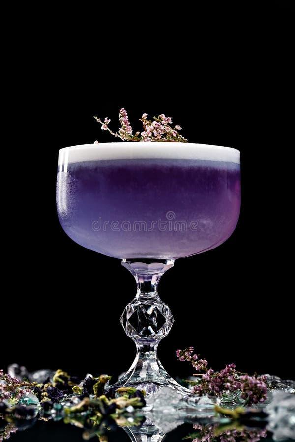 Alcoholische dranken en cocktails voor bars en restaurants met ijs op een zwarte achtergrond in glasglazen royalty-vrije stock foto's
