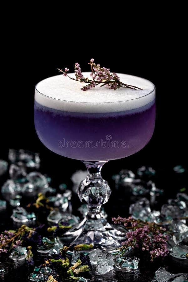 Alcoholische dranken en cocktails voor bars en restaurants met ijs op een zwarte achtergrond in glasglazen stock fotografie