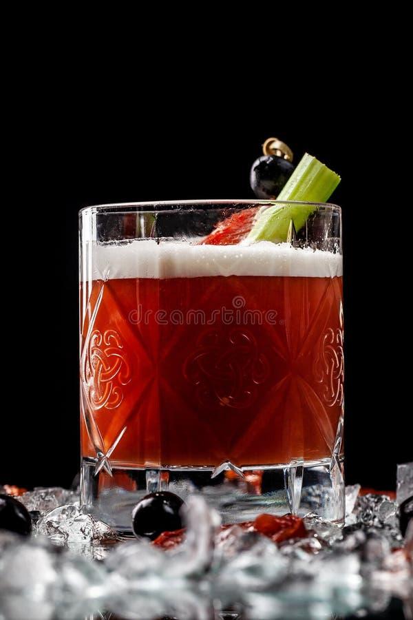 Alcoholische dranken en cocktails voor bars en restaurants met ijs op een zwarte achtergrond in glasglazen royalty-vrije stock fotografie