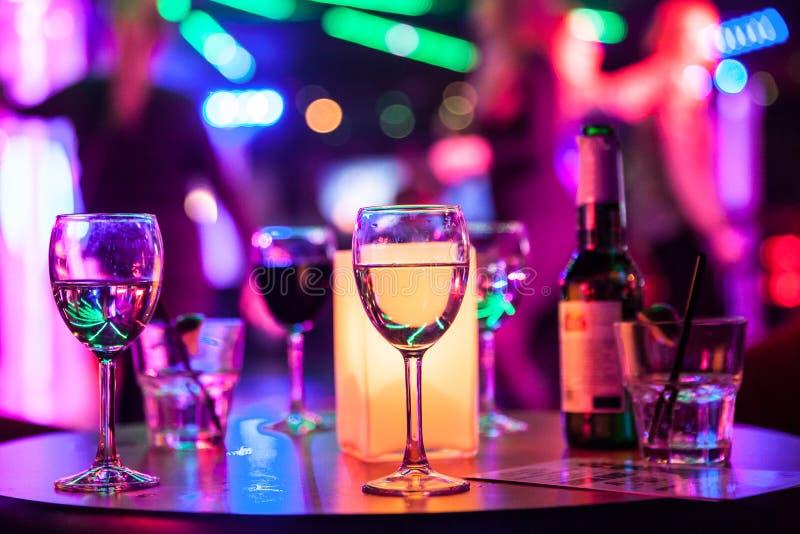 Alcoholische dranken op de lijst royalty-vrije stock foto