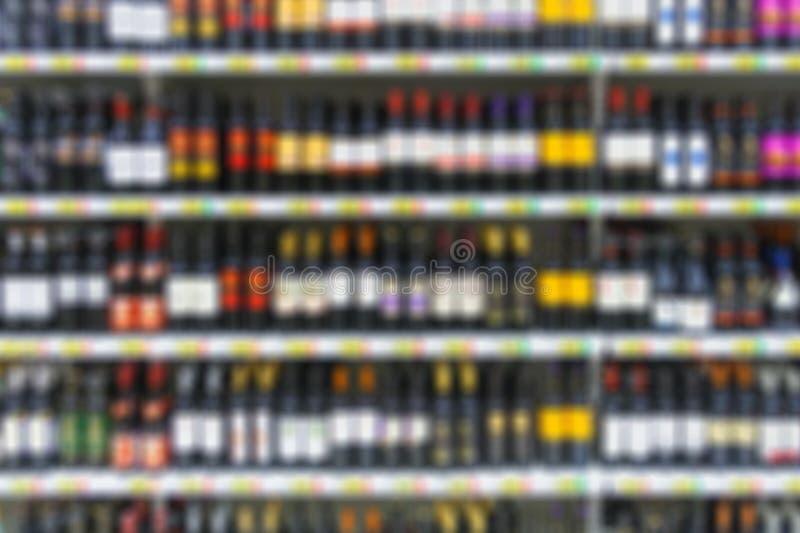 Alcoholische dranken op de planken in supermarkt royalty-vrije stock fotografie
