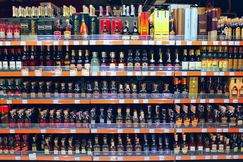 Alcoholische dranken op de planken van supermarkt stock afbeeldingen