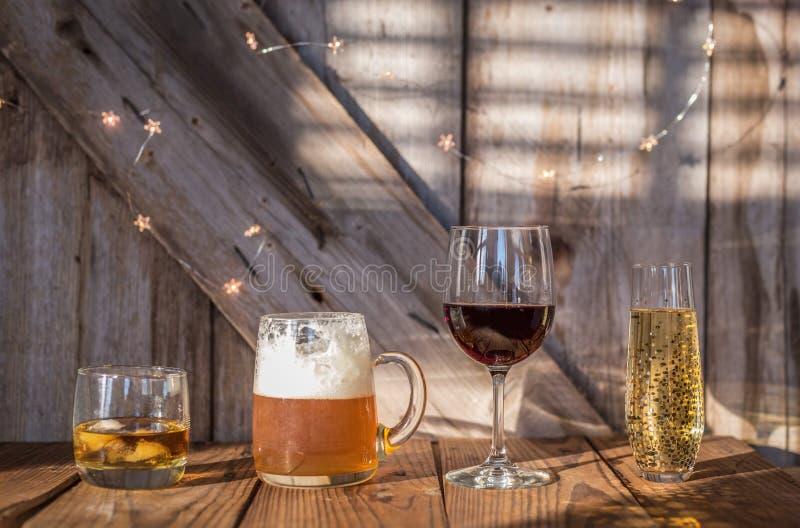 Alcoholische dranken op oude doorstane houten achtergrond royalty-vrije stock afbeelding