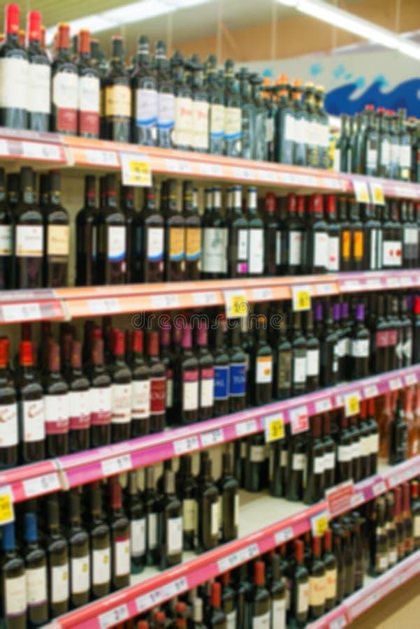 Alcoholische dranken in supermarkt royalty-vrije stock afbeeldingen