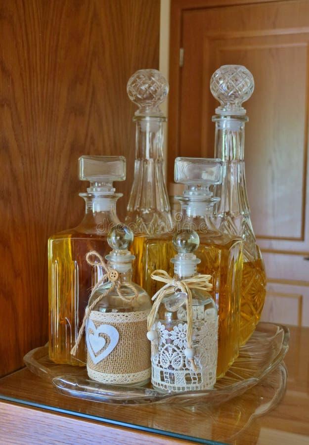 Alcoholische dranken zoals whisky en brandewijn in mooie flessen stock fotografie