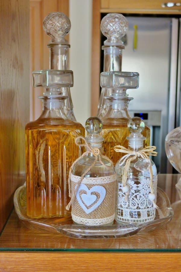 Alcoholische dranken zoals whisky en brandewijn in mooie flessen stock foto