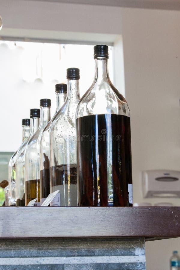 Alcoholische drankflessen op vertoning stock foto