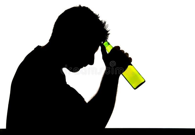 Alcoholische gedronken mens met bierfles in het silhouet van de alcoholverslaving royalty-vrije stock fotografie