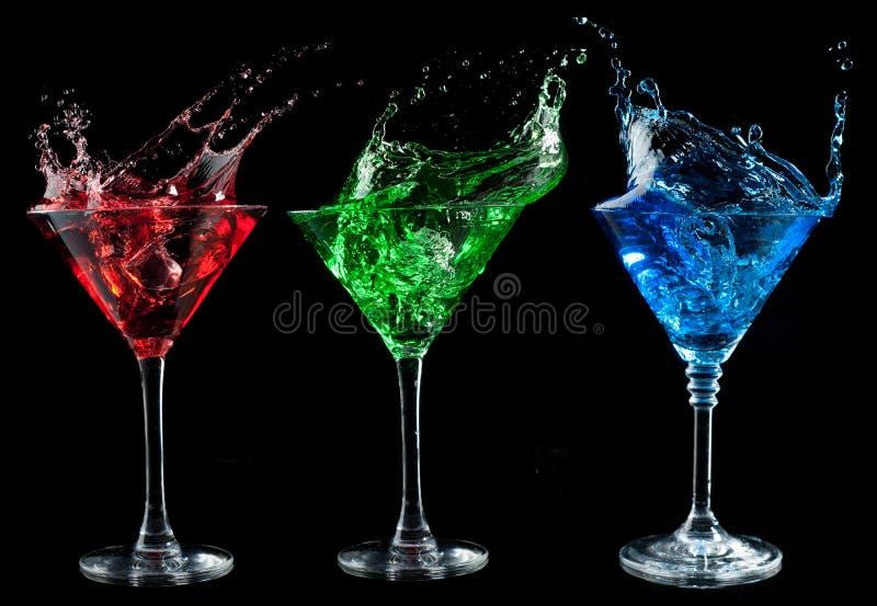 Alcoholische geplaatste cocktails - rood, groen, blauw. stock fotografie