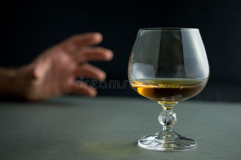 Alcoholisme en het concept van het alcoholmisbruik royalty-vrije stock afbeeldingen