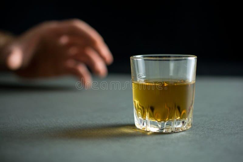 Alcoholisme en het concept van het alcoholmisbruik royalty-vrije stock foto's