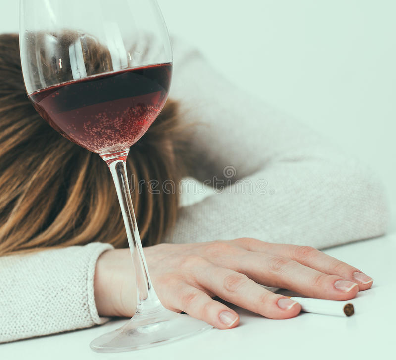 Alcolismo femminile fotografie stock libere da diritti