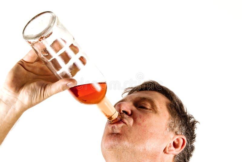 Alcool bevente dell'uomo immagini stock