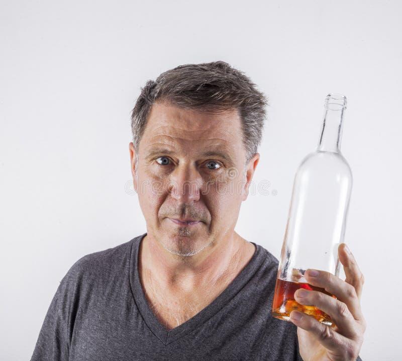 Alcool bevente dell'uomo fotografia stock libera da diritti