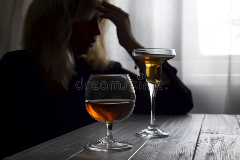Alcool bevente della donna solo guardando fuori la sua finestra Depressione, alcolismo, concetto solo della persona Cento zloty p fotografie stock