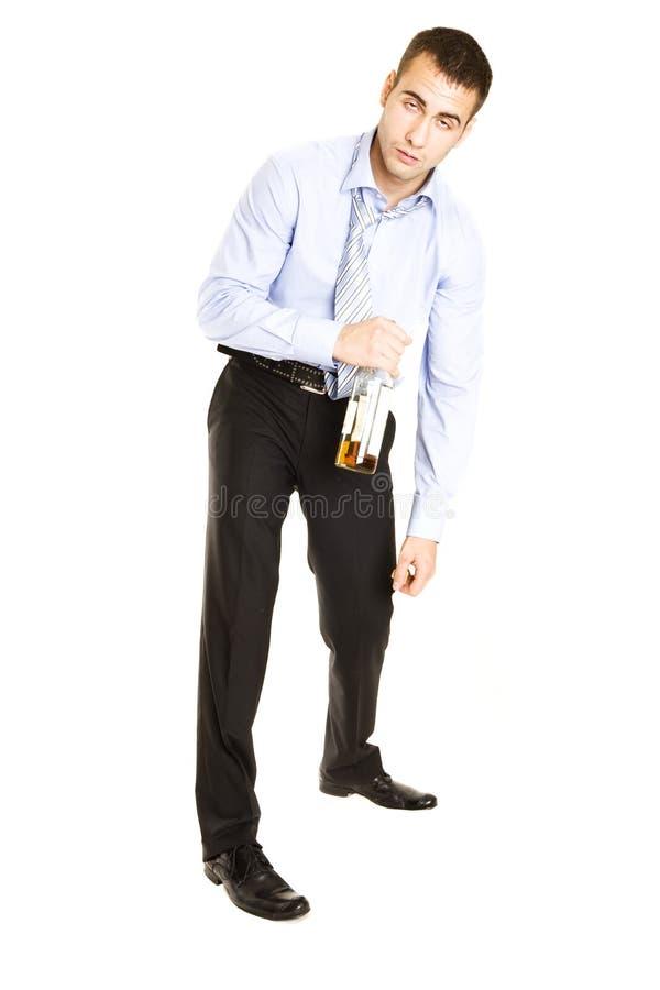 alcool buvant l'homme ivre à l'extérieur passé image stock
