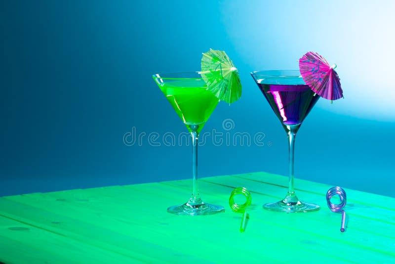 Alcool del partito della spiaggia di vacanze estive Cocktail verde e porpora d fotografia stock libera da diritti