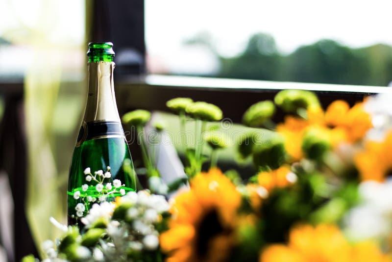 Alcool fine dietro i fiori sulle nozze immagine stock libera da diritti