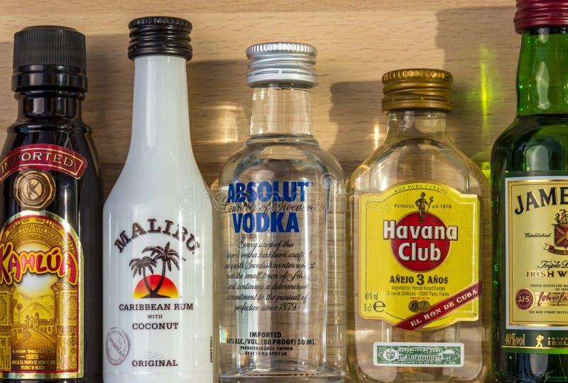 Alcoolici del cocktail in bottiglie immagini stock libere da diritti