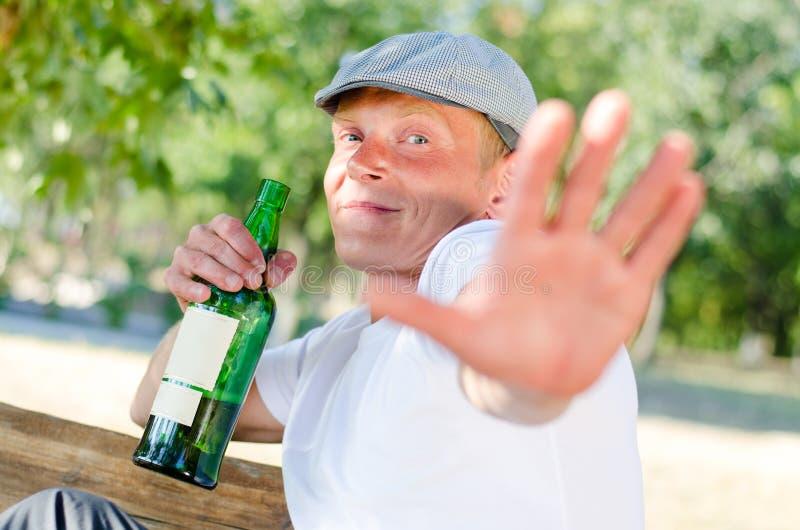 Alcoolique défendant outre de l'attention photos stock