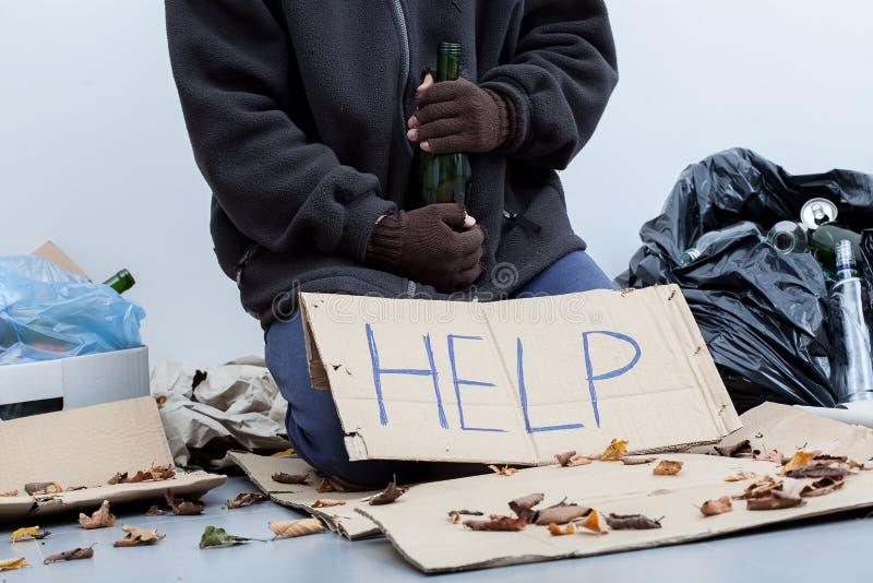 Alcoolique sans abri tenant une bouteille photographie stock libre de droits