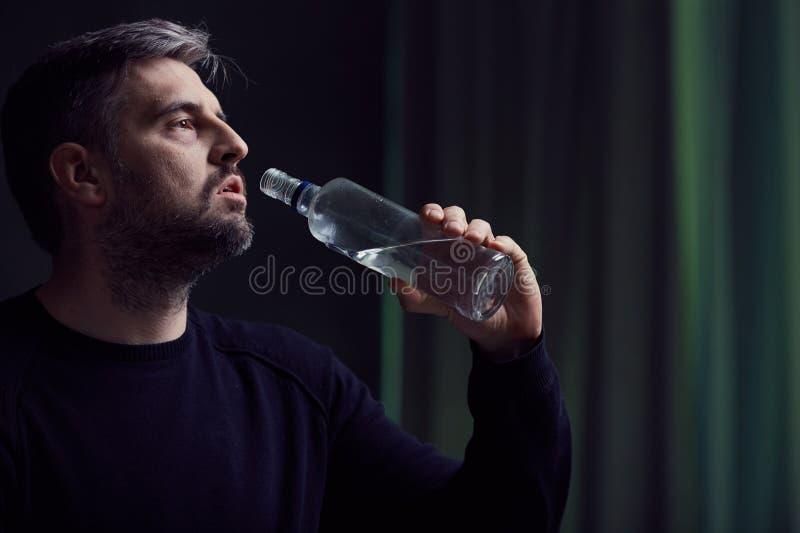 Alcoolizzato con la depressione immagini stock libere da diritti