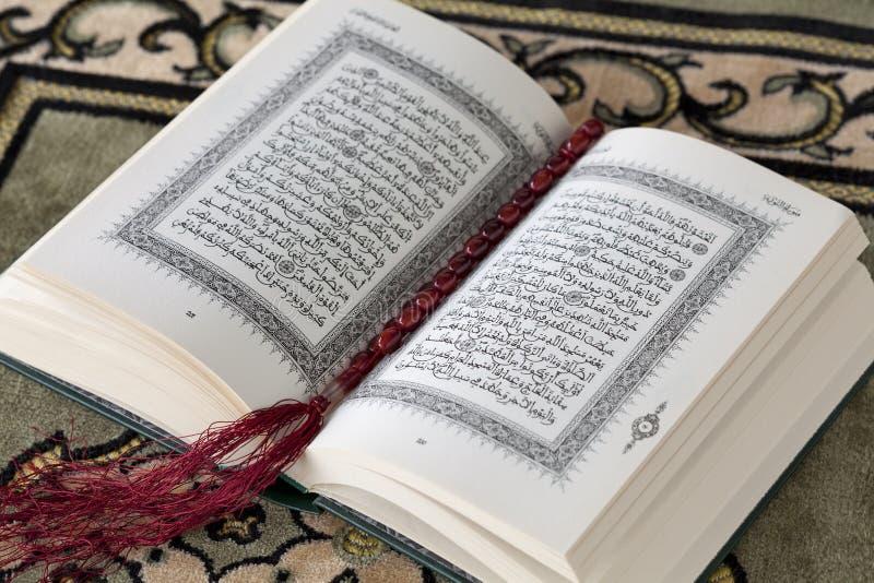 Alcorão e os grânulos de oração foto de stock royalty free