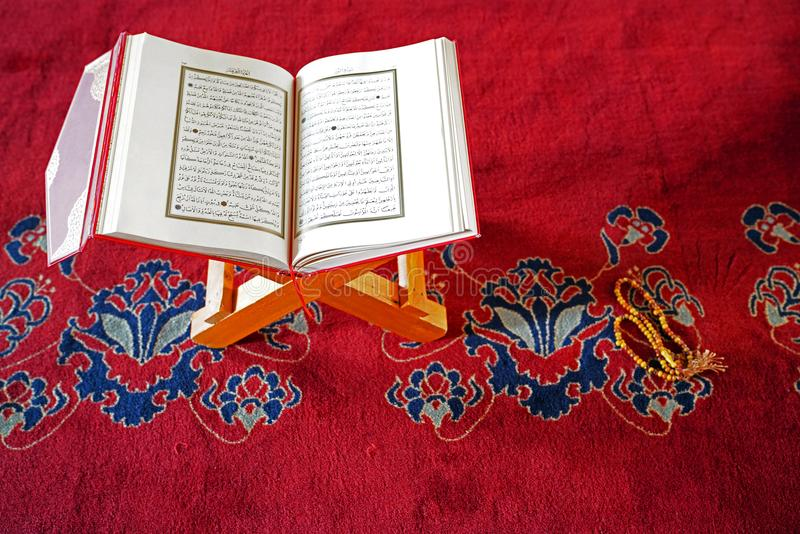 Alcorão em grânulos do suporte e de oração imagem de stock royalty free