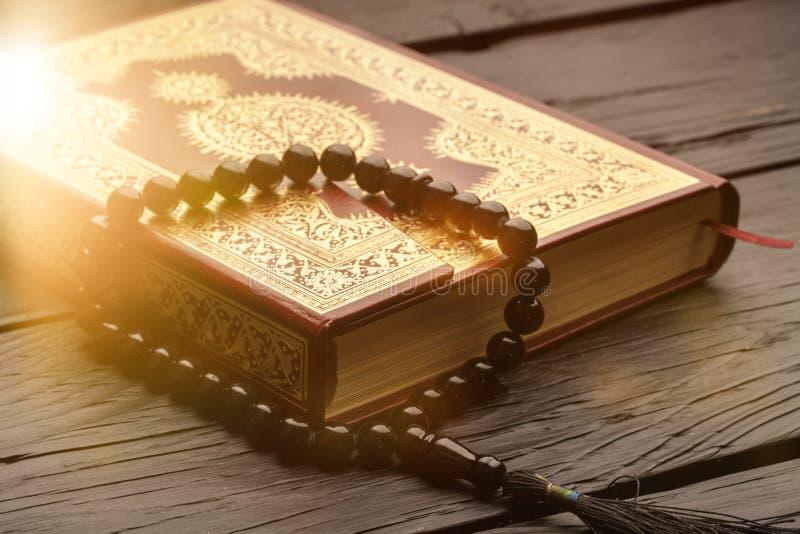 Alcorão islâmico do livro com o rosário no fundo fotos de stock