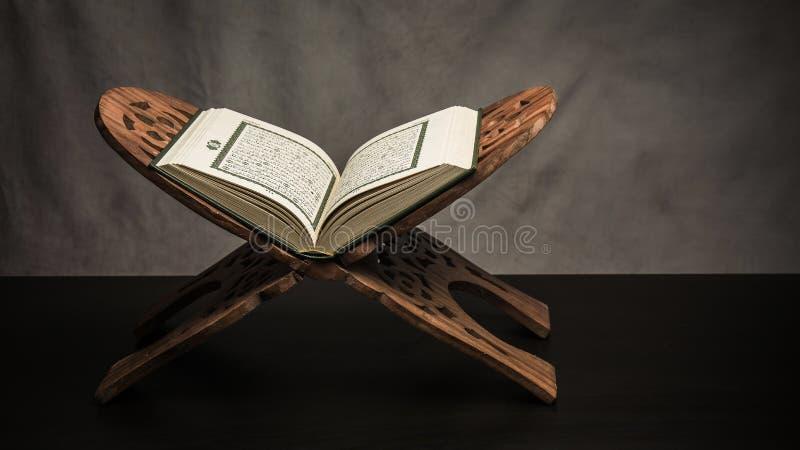 Alcorão - livro sagrado do artigo público dos muçulmanos de todos os muçulmanos em t fotos de stock royalty free